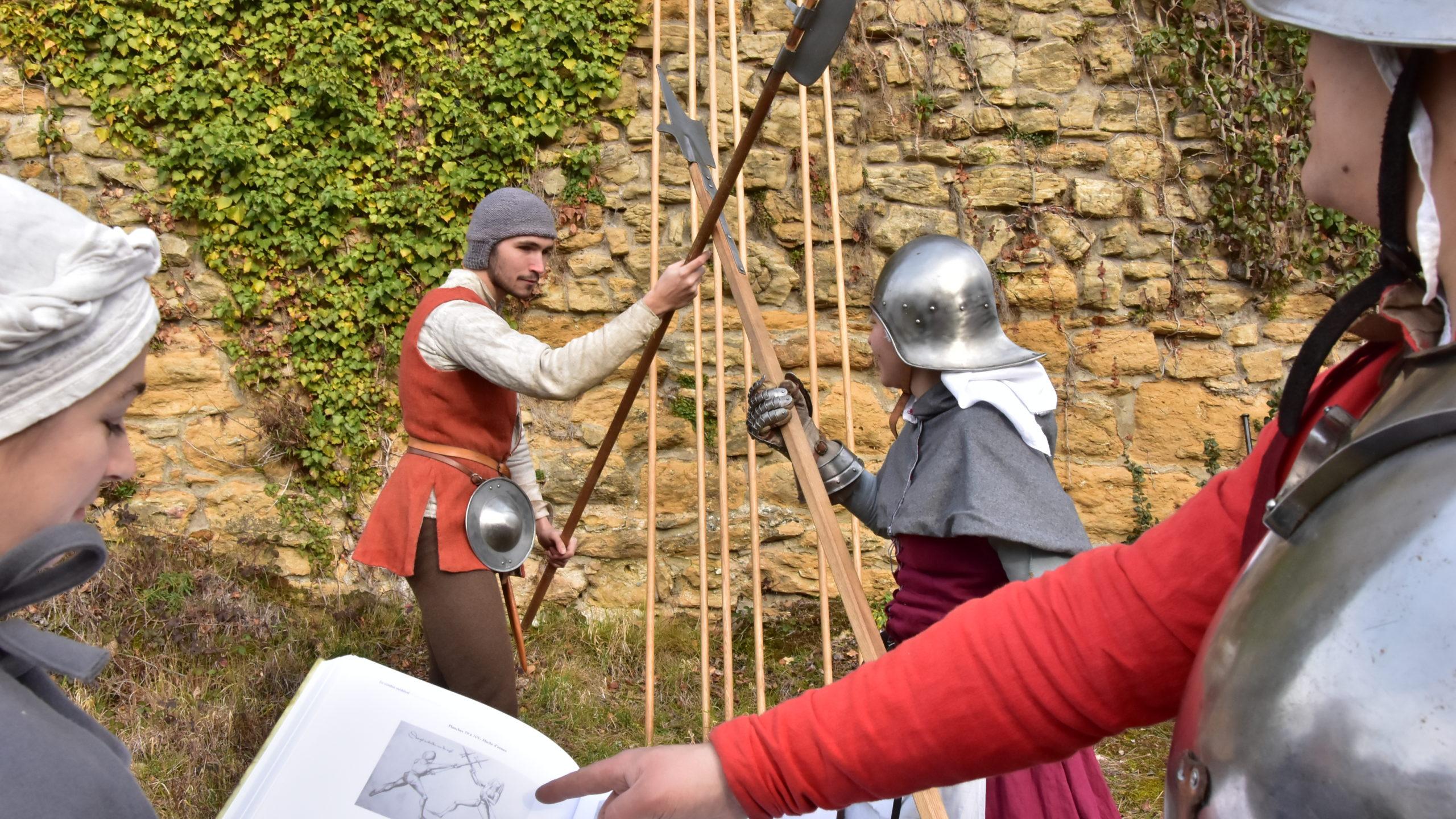 Duel avec des armes comme au Moyen Âge